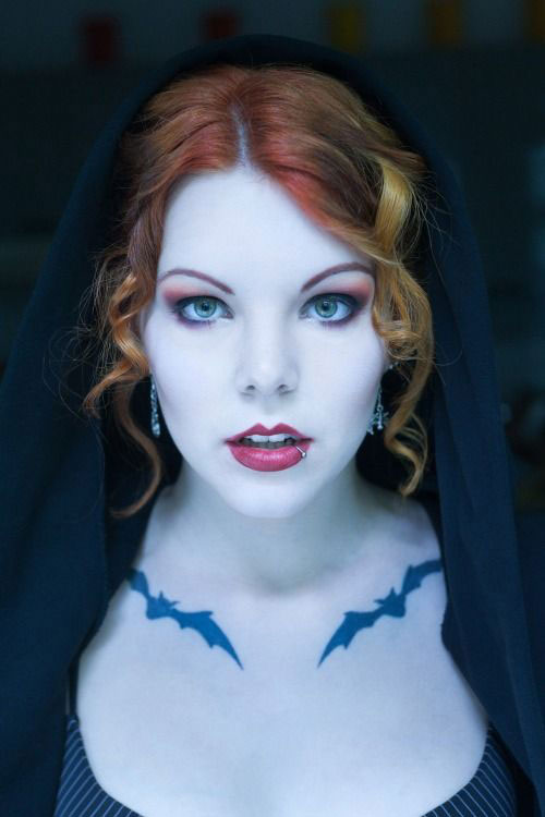 15-Inspiring-Halloween-Vampire-Make-Up-Ideas-Looks-For-Girls-2014-3