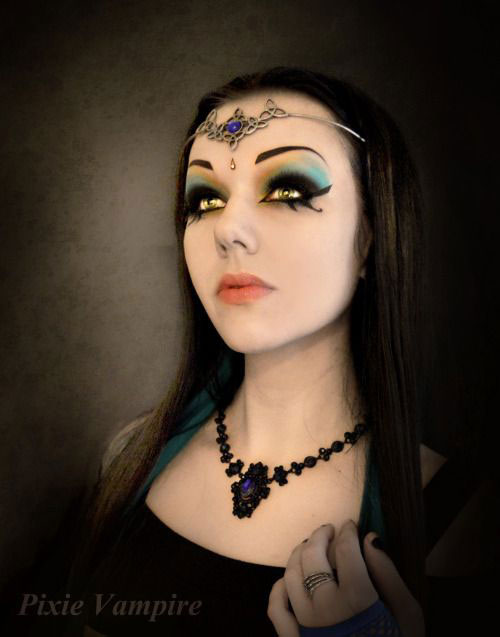 18-Halloween-Vampire-Makeup-Ideas-For-Girls-Women-2018-16